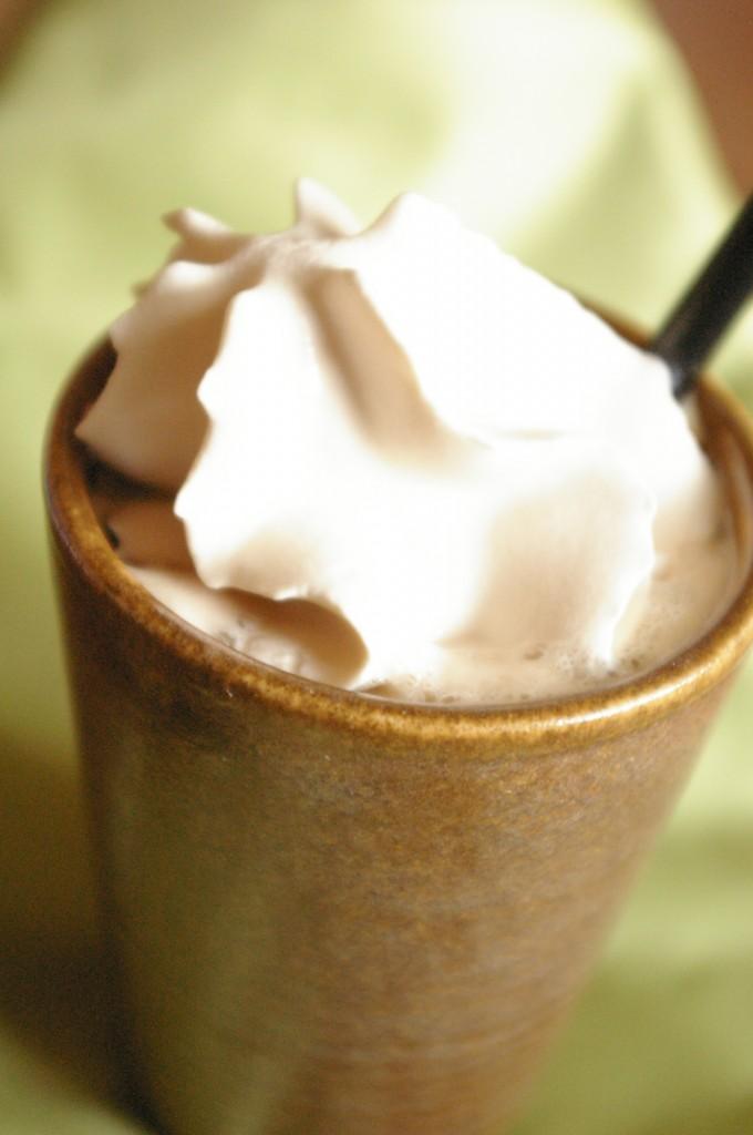 Espuma de café et pépites orangées
