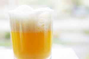 Cocktail mousseux de banane et rhum arrangé